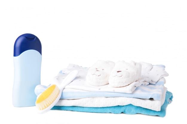 白い背景で隔離のシャワーアクセサリーとベビー服