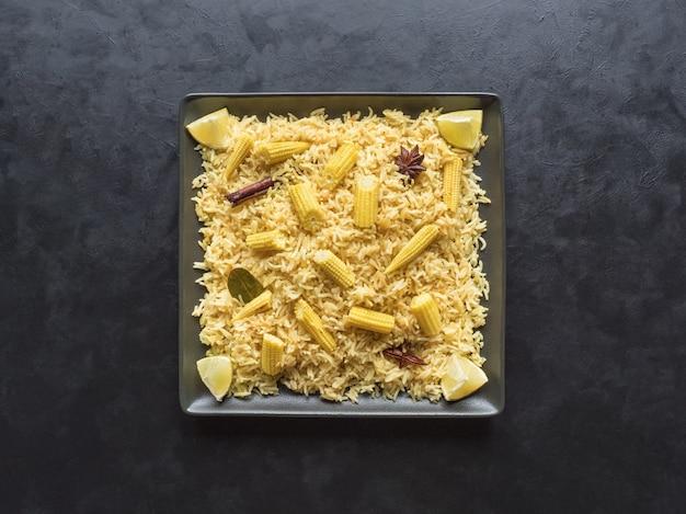 Кукуруза пулао. вегетарианские бирьяни, индийская еда