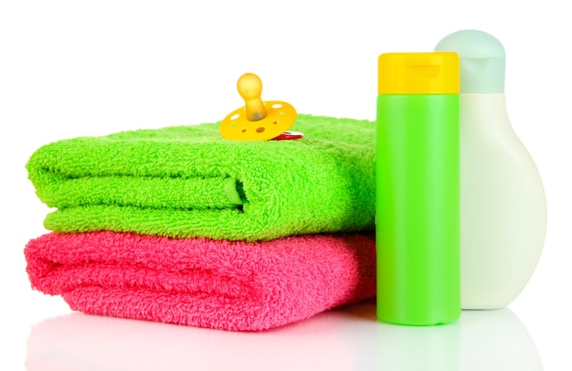 赤ちゃんの化粧品とタオル、白で隔離