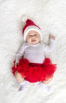 Ребенок одет как санта-клаус