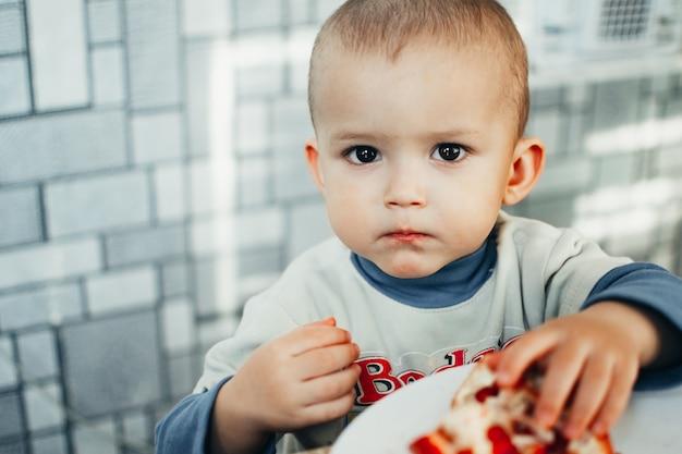 아기는 잘 익고 즙이 많은 석류를 아주 맛있고 즐겁게 먹습니다.