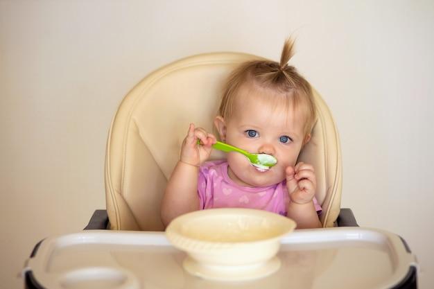 赤ちゃんはおいしいカッテージチーズやお粥を食べます