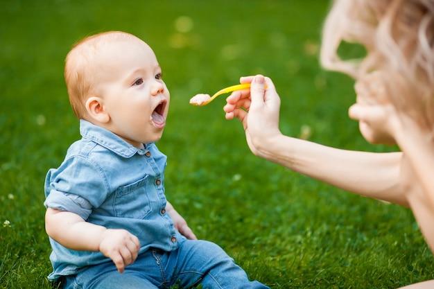 赤ちゃんは公園でスプーンで食べる