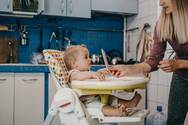 크리스피브레드 시리얼 크래커를 곁들인 유아 아기를 위한 최고의 핑거 푸드 아기에게 먹이기