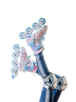 청바지와 롤러 스케이트 흰색 배경에 고립 된 아기 발.