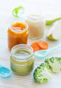 離乳食、果物と野菜のピューレの品揃え、フラットレイ、上面図、テキスト用のスペース