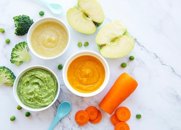 離乳食、果物と野菜のピューレの品揃え、フラットレイ、上面図