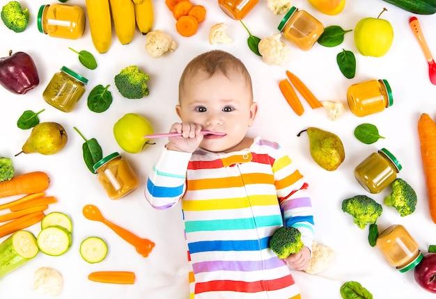 야채와 과일이 들어간 이유식 퓌레. 선택적 초점. 영양물 섭취.