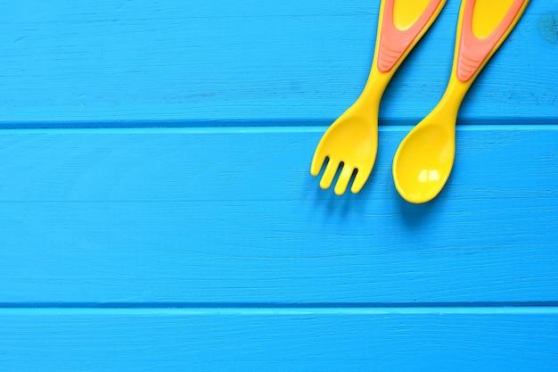 木製のベビーフォークとスプーン