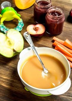 木製の背景にベビーフルーツ食品 Premium写真