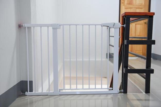 베이비 게이트 안전 도어, 계단 또는 개 게이트의 안전 어린이를위한 흰색 울타리