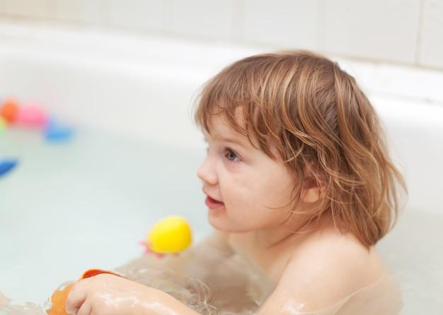여자 아기 목욕 목욕