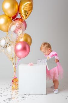 아기 소녀 흰색 생일을 축하합니다