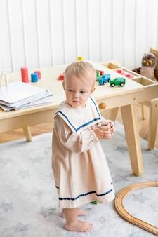 Bambina con un grazioso vestito da marinaio