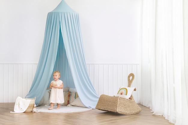 Bambina nella sua stanza dei giochi