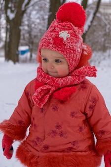 雪に感動した女の赤ちゃん。閉じる。