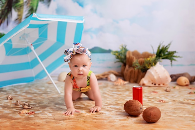 砂浜のビーチで水着の女の赤ちゃん