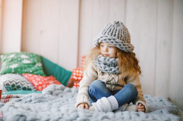 ニットの帽子とスカーフの赤ちゃんの女の子