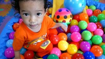 ボールの穴の中の赤ちゃんの女の子。