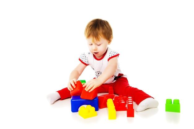 아기 소녀가 교육용 장난감을 가지고 놀고 있습니다.