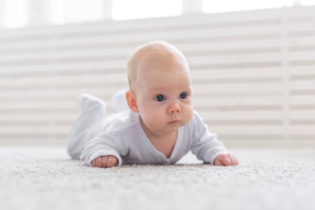 아기 소녀 바닥에 크롤링 학습