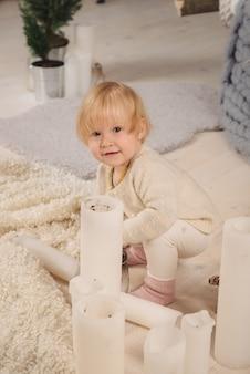 거실 바닥에 여자 아기