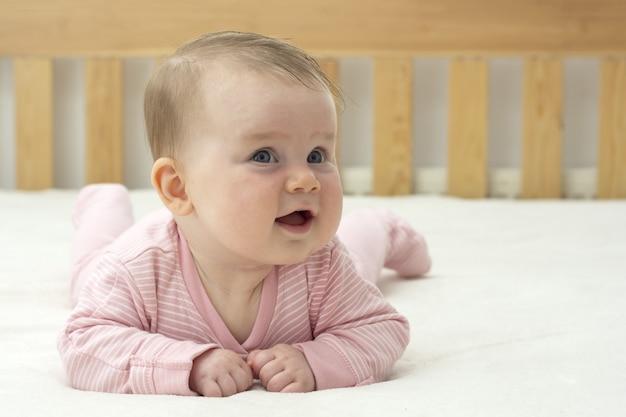 笑顔の女の赤ちゃん