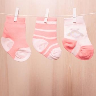 ロープに取り付けられた女の赤ちゃんの靴下