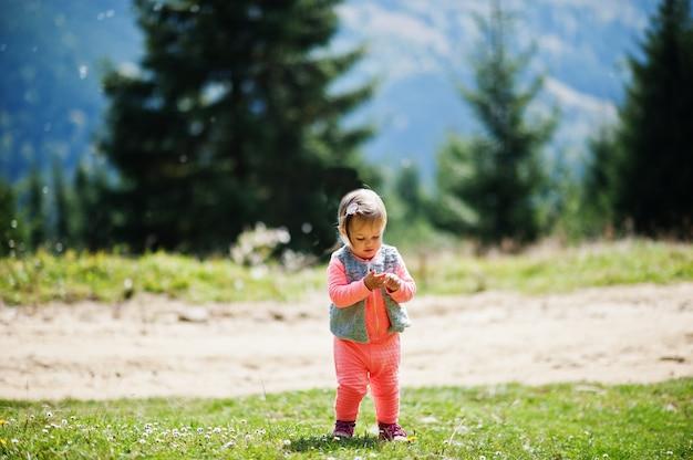 女の赤ちゃんは自然へ旅行します。山でリラックス。自由を感じてください。