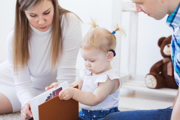보청기를 착용하는 아기 소녀. 장애 아동, 장애 및 청각 장애 개념.