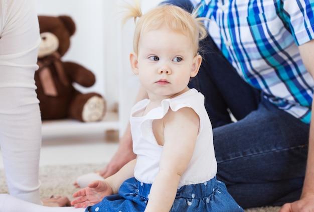 보청기를 착용하는 아기 소녀.