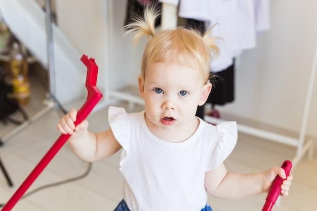 補聴器を身に着けている女の赤ちゃん
