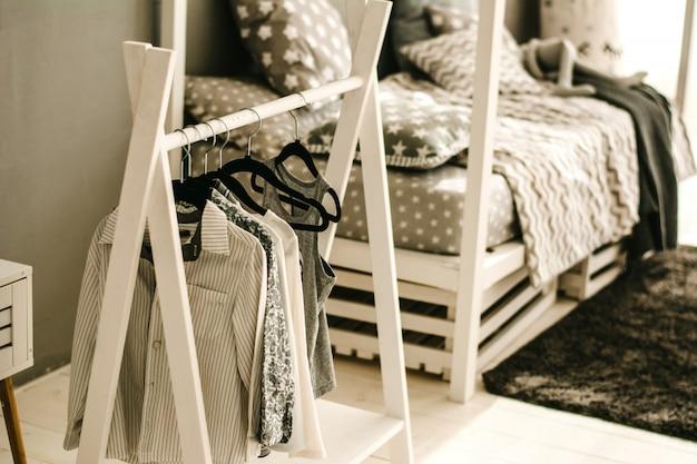 침대 근처에 아기 옷걸이