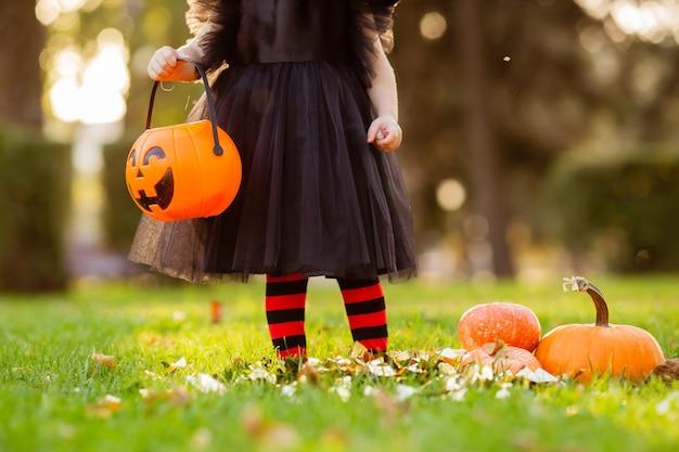 Ребенок держит кофейню в форме тыквы на хэллоуин, крупный план, место для текста