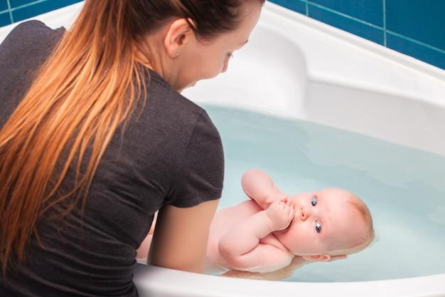 목욕 아기. 어머니.