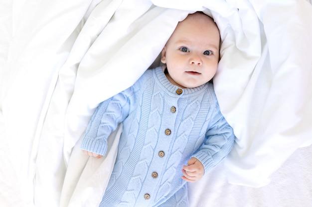 Ребенок в одеяле, детское утро, текстиль и детская кроватка