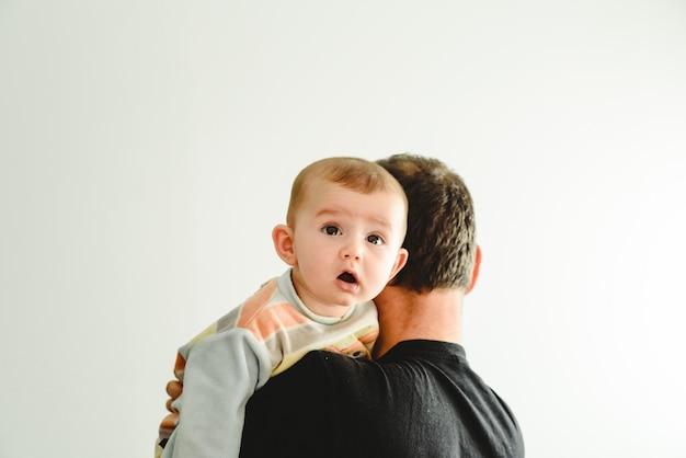 그의 아버지의 팔에있는 아기