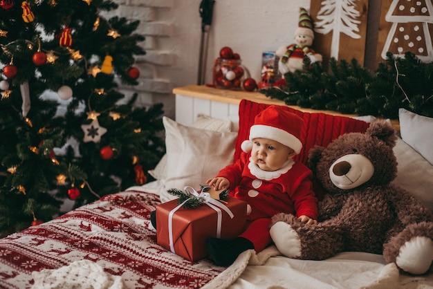 산타 클로스 의상을 입은 아기. 새해