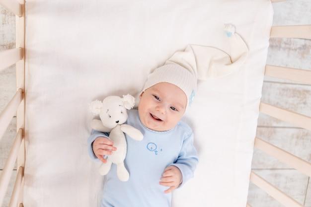 아침에 집에서 침대에있는 아기 또는 침대, 초상화, 가족 및 출생 개념에 가기 전에