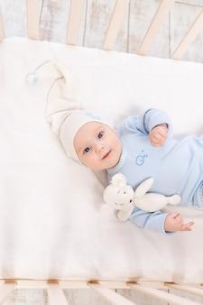 아침에 또는 잠자리에 들기 전에 집에 있는 아기 침대, 초상화, 가족 및 출생 개념