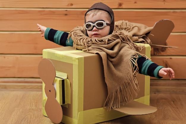 장난감 비행기에 아기. 어린이 모험. 가정이나 탁아소에있는 아이들.