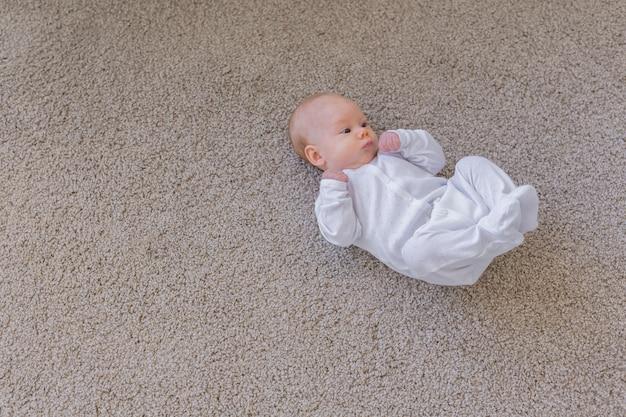 Концепция младенца, младенца и детства - вид сверху ребенка на полу с копией пространства