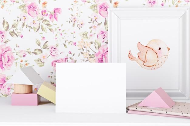 花の壁紙の背景に赤ちゃんの招待状のモックアップ