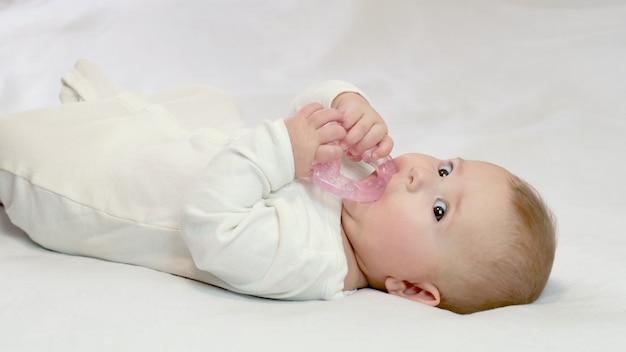 아기는 teether를 들고있다. 선택적 포커스