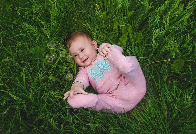 Ребенок лежит на траве. выборочный фокус. природа.