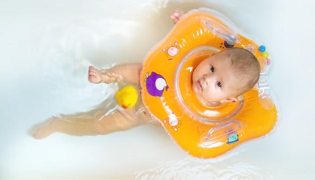 Ребенок плавает в ванной
