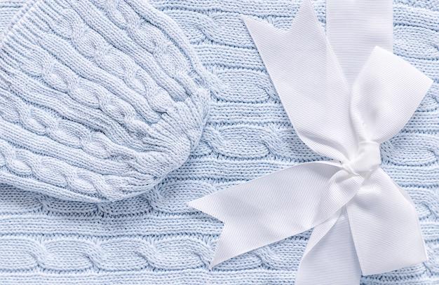 柔らかいグレーブルーの毛布にベビーニット帽