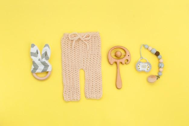 아기 니트 바지, 나무 장난감 및 노리개 노란색