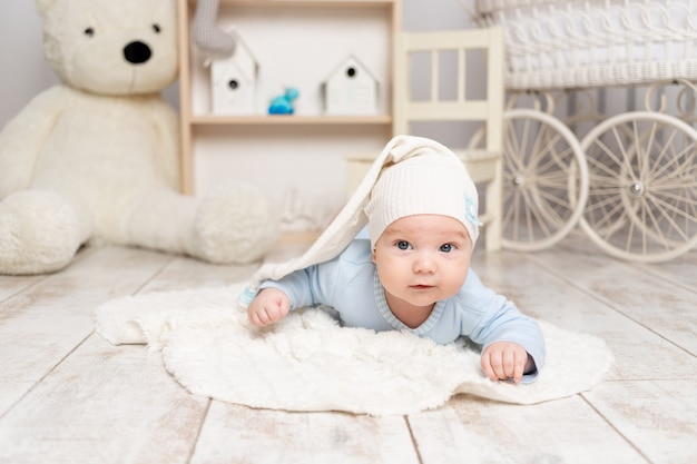 赤ちゃんは、おもちゃ、開発コンセプト、ゲームを備えた子供部屋に家に横たわっています