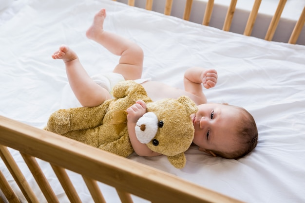 ベビーベッドに横たわっている赤ちゃん